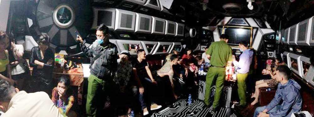 Đột kích điểm ăn chơi vùng ven Sài Gòn, hàng chục dân chơi phê ma túy