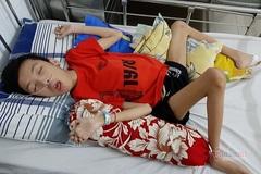Xót thương mẹ nghèo có con trai liệt giường co quắp, con gái chỉ biết lết chân