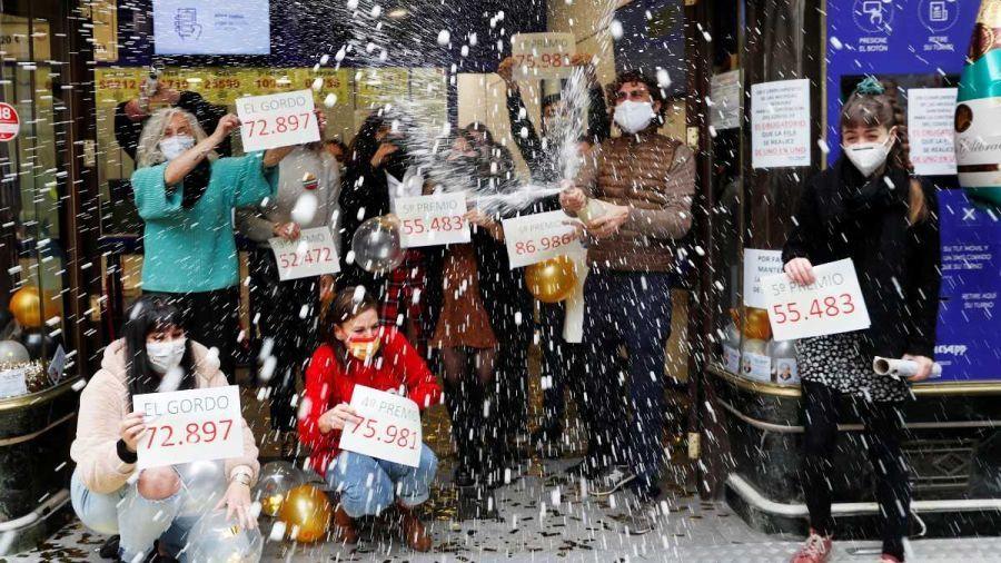 Người Tây Ban Nha ăn mừng khắp nơi vì trúng xổ số