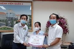 Trao hơn 76 triệu đồng cho chị Phạm Mỹ Hoa bị gãy xương đùi