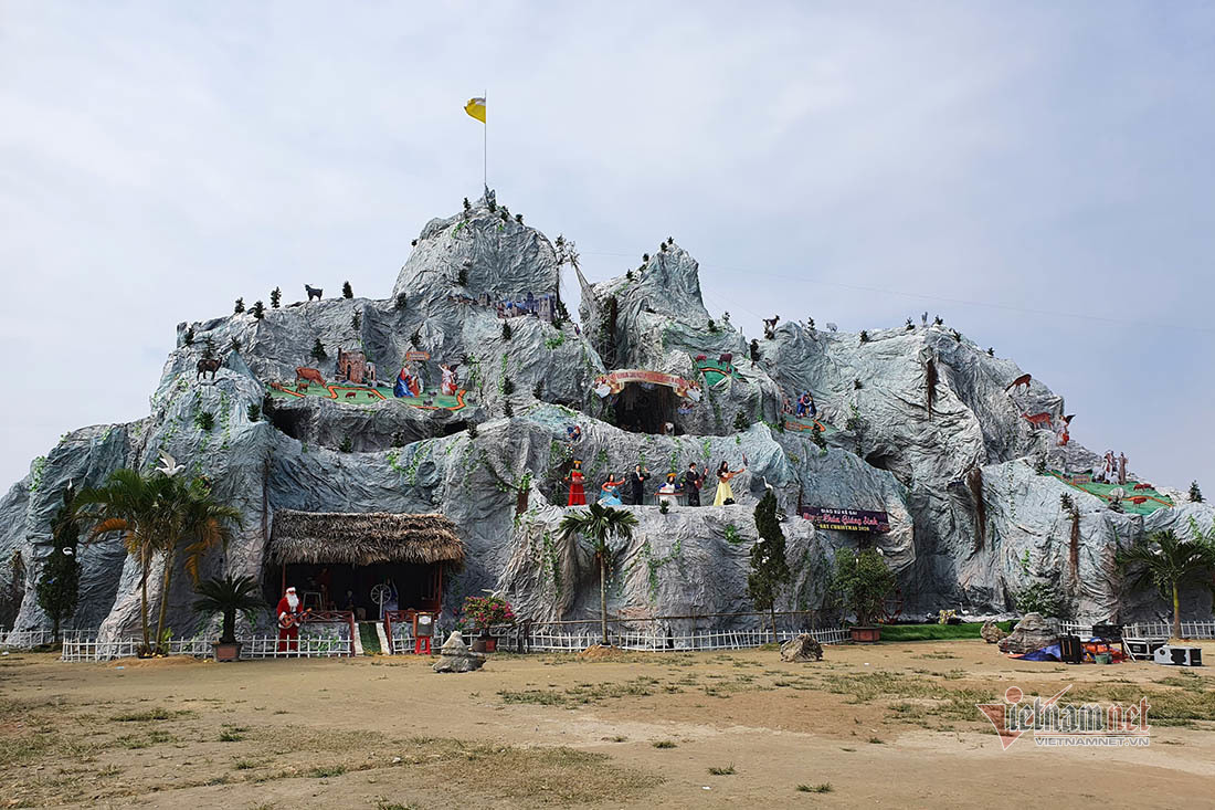 Bà con giáo dân dùng 2.500 cây tre dựng hang đá xoắn ốc khổng lồ