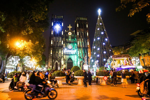 Churches in Hanoi shine with colourful decorations ahead of Christmas