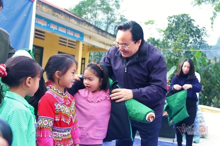 Bộ trưởng Phùng Xuân Nhạ tặng áo ấm cho học sinh Bắc Kạn