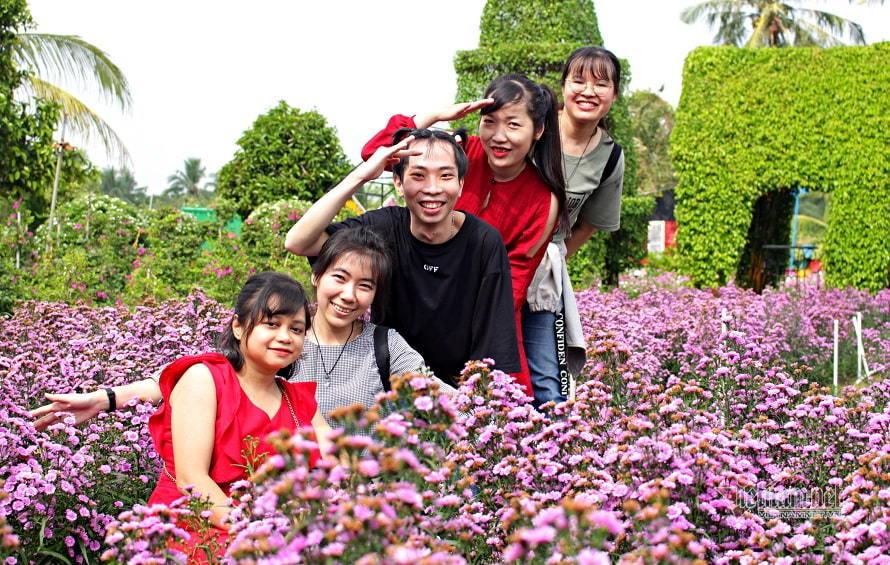 Giới trẻ mê mẩn với 'thiên đường hoa tươi' bên sông Sài Gòn