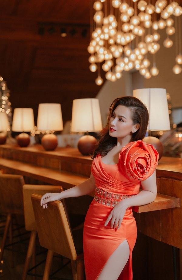 Phi Nhung sang trọng với váy bó sát, xẻ cao