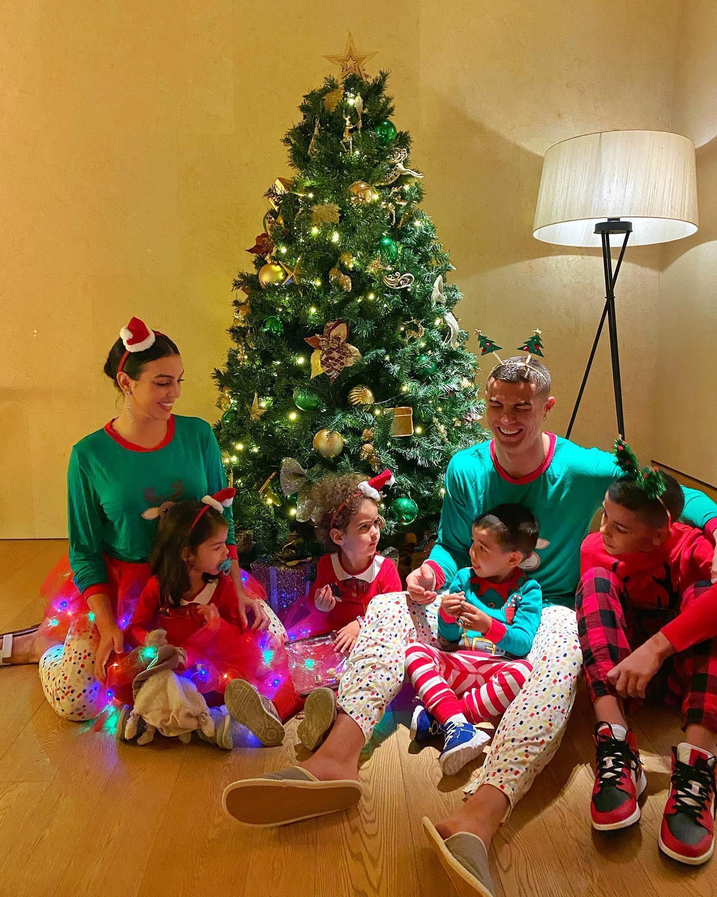 Ronaldo đăng ảnh ấm áp bên gia đình đêm Noel