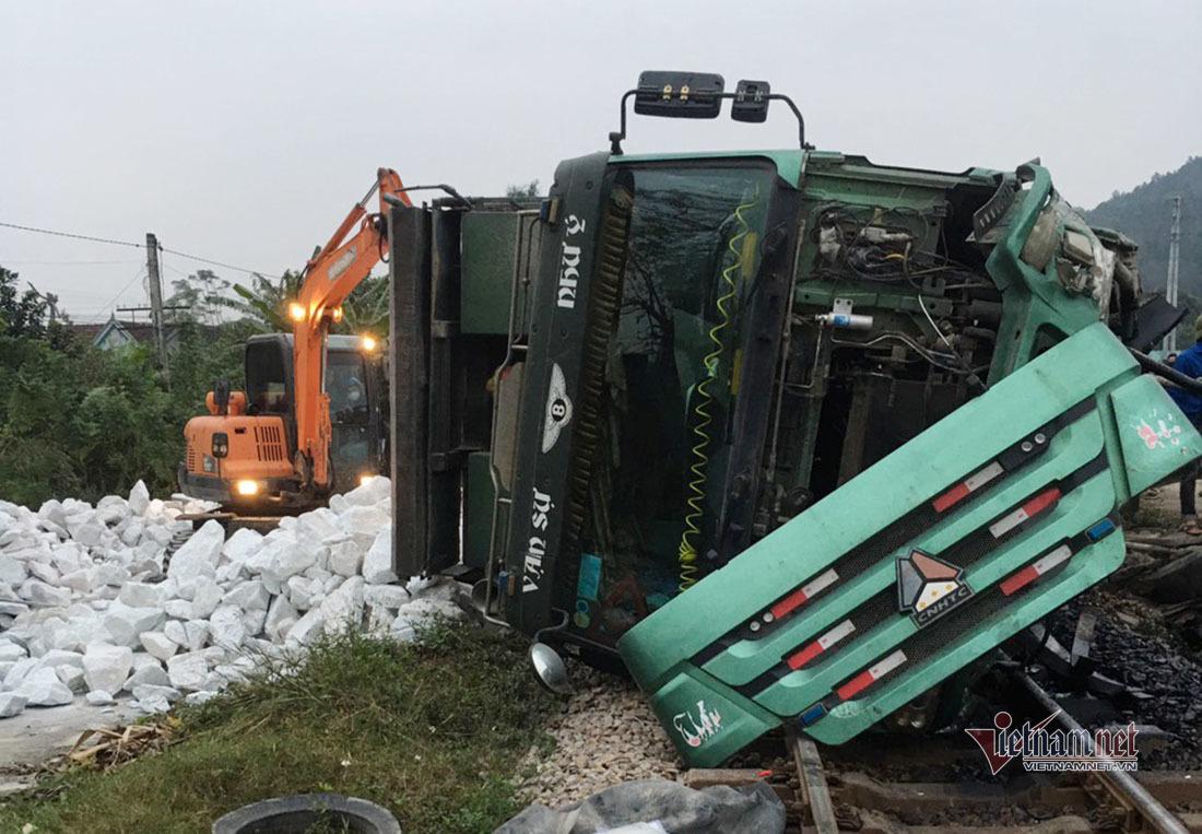 Xe tải chở đá trắng lật úp trên đường sắt, tàu Bắc - Nam tê liệt 4 tiếng