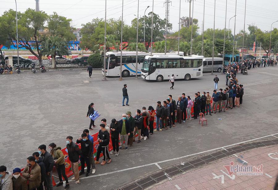 CĐV Phú Thọ rồng rắn săn vé xem Quang Hải, Công Phượng