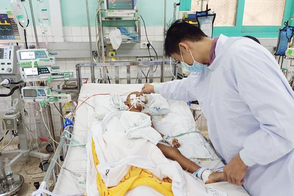 Bé trai 4 tuổi nguy kịch vì bị dượng dùng kéo đâm xuyên não