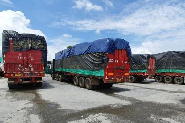 Vụ bắt 100 xe Trung Quốc ở Lào Cai: Có chân gà, thuốc sâu, hàng hiệu giả
