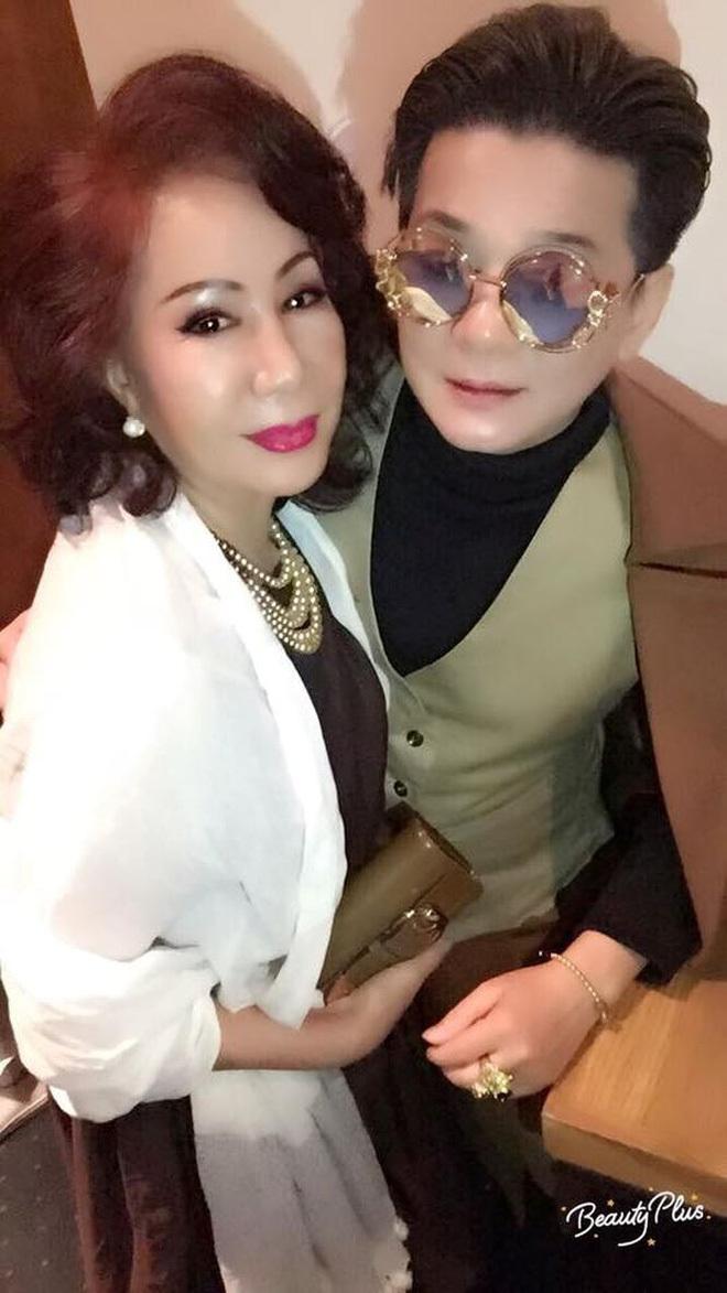 Ca sĩ Vũ Hà hạnh phúc bên bà xã 60 tuổi