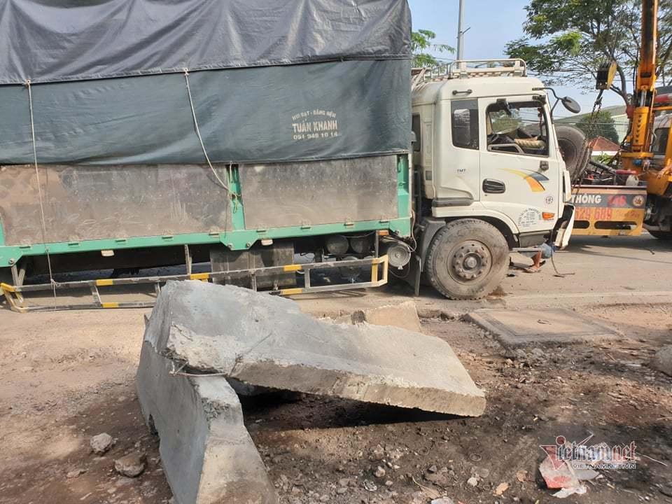 Xe tải tông văng dải phân cách trên QL1, giao thông tê liệt nhiều giờ