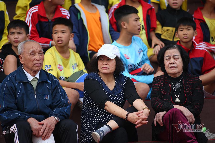 Nữ sinh Phú Thọ chờ 5 tiếng đồng hồ để gặp Công Phượng, Quang Hải