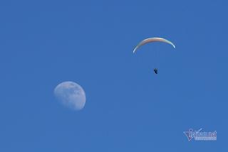 63 pilots paraglide on Putaleng peak