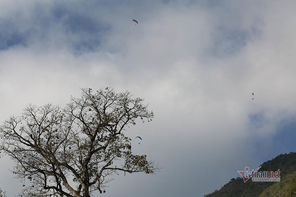 Mãn nhãn cảnh 63 phi công bay dù lượn trên đỉnh Putaleng ở Lai Châu