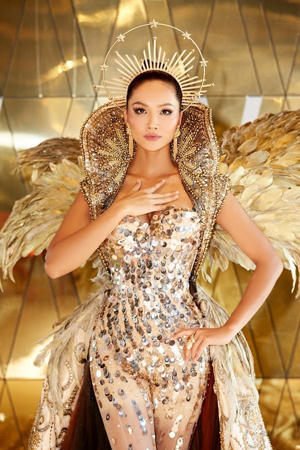 H'Hen Niê mặc váy đính kết cầu kỳ nặng 40 kg dự sự kiện