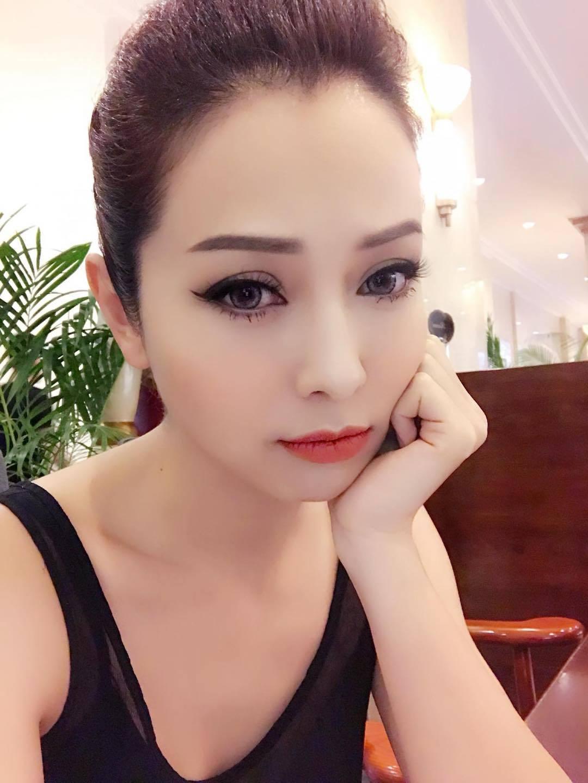 Danh hài Hoài Linh giản dị hội ngộ gia đình NSND Tự Long