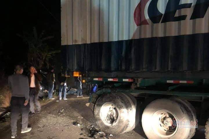 Xe biển xanh tông trúng đuôi container, 2 người tử vong