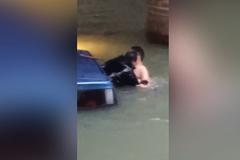 Người hùng quá nhanh giải cứu tài xế kẹt trong ô tô đang chìm