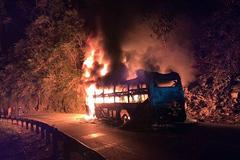 Ô tô khách bốc cháy ngùn ngụt ở Điện Biên