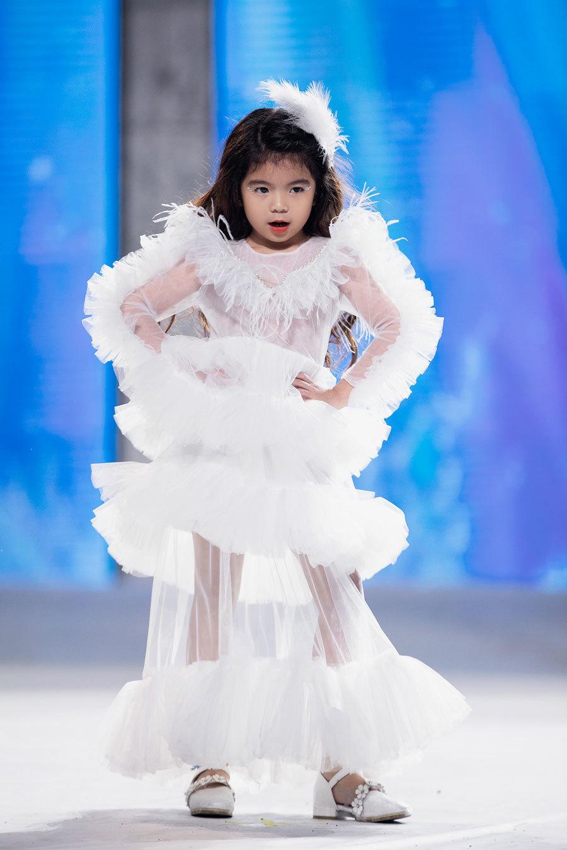 Con gái Xuân Lan và các mẫu nhí catwalk chuyên nghiệp
