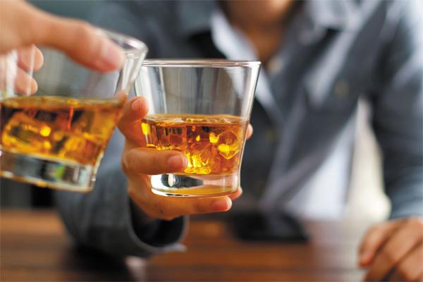 Lý do một số người đỏ mặt khi uống rượu