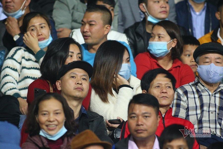 Công Phượng được bà xã Viên Minh cổ vũ từ khán đài