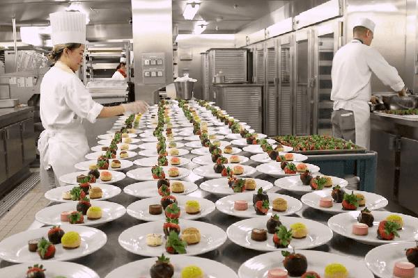 Cách siêu du thuyền phục vụ 30.000 suất ăn mỗi ngày