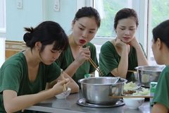 Khánh Vân bị cư dân mạng chỉ trích, hội chị em 'Sao nhập ngũ' lập tức lên tiếng bênh vực