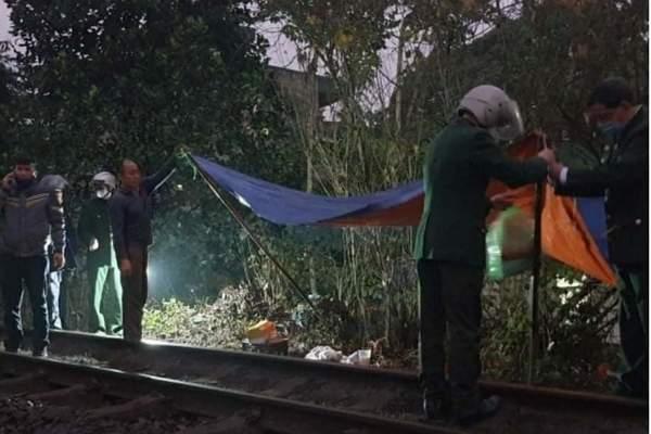 Thi thể bé trai sơ sinh không quần áo đang phân hủy ở đường tàu