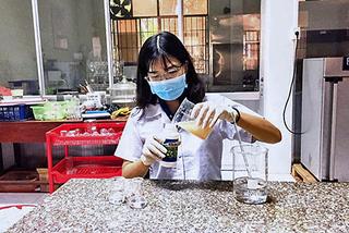 Chế hạt cây dại thành thuốc trừ sâu, biến thứ bỏ đi thành 'hàng hot'