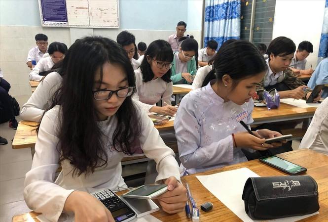 Cho học sinh dùng điện thoại: Làm sao gỡ bỏ gánh nặng cho phụ huynh?