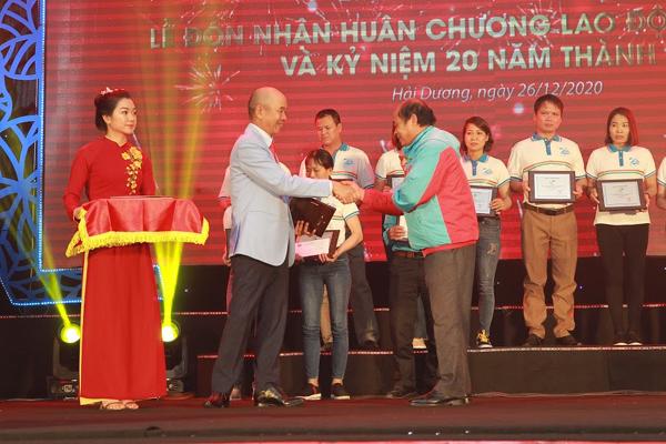 Long Hải đón nhận Huân chương Lao động hạng Ba