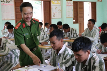 Police officer teaches prisoners to read and write