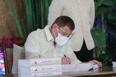 Tổng thống Philippines ký ngân sách khủng cho năm 2021