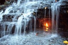 Bí ẩn chưa thể giải thích về ngọn lửa bất tử cháy trong thác nước
