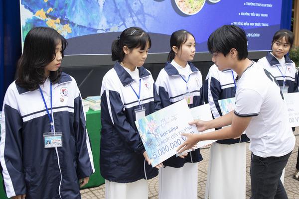 Họa sĩ nhí Xèo Chu dùng tiền bán tranh giúp học sinh nghèo Quảng Trị