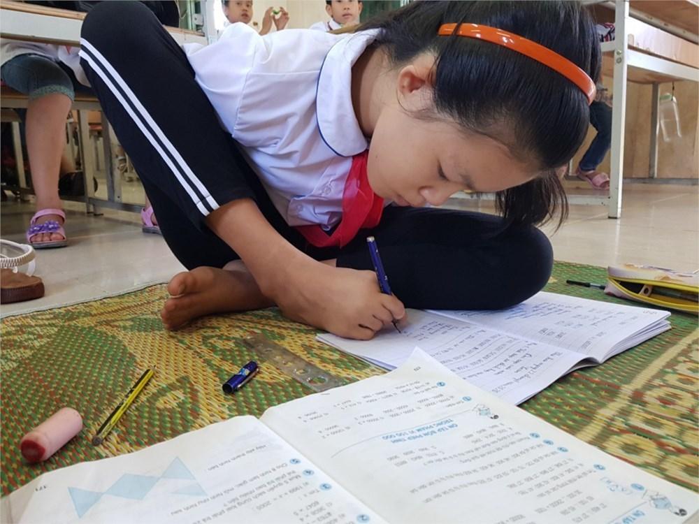 Cô học trò người Sán Dìu viết bằng chân nhận bằng khen của Bộ trưởng