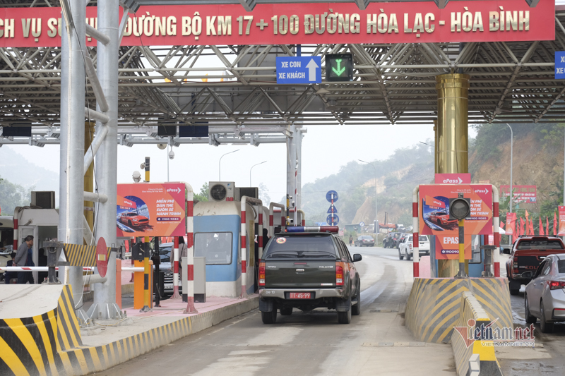 Close-up of the non-stop automatic toll collection system that just appeared in Vietnam