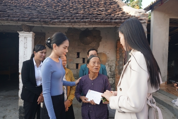 Hoa hậu Đỗ Thị Hà làm từ thiện tại quê nhà cùng 2 Á hậu