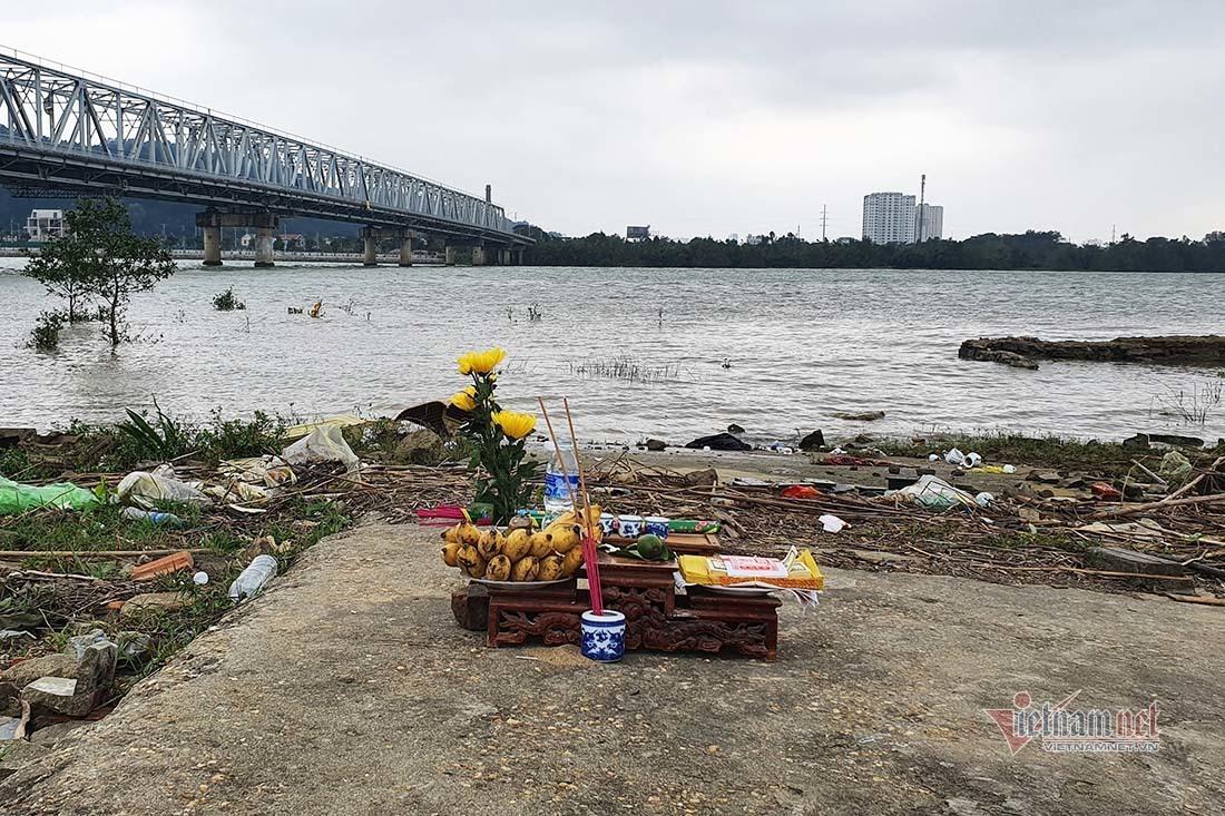 Nghi vấn mẹ ôm con 14 tháng tuổi nhảy cầu tự tử ở Nghệ An