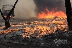 Cháy xưởng nhựa dưới chân cầu Thanh Trì, cột khói cao cả trăm mét