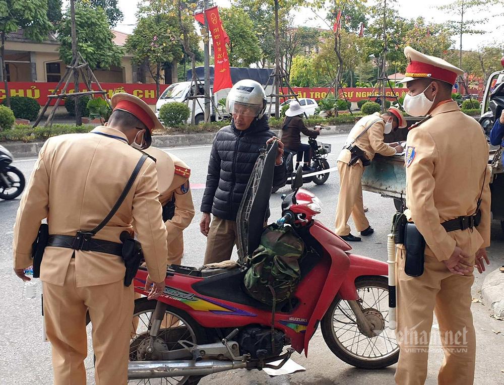 Bị giữ xe máy, 'ma men' chặn đầu ô tô của CSGT ăn vạ