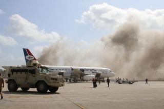 Nổ lớn bất ngờ khi máy bay chở Thủ tướng Yemen hạ cánh