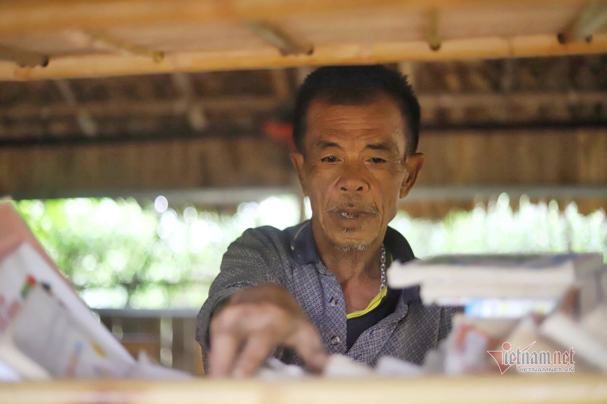 Ông lão 74 tuổi mở thư viện miễn phí nơi bãi giữa sông Hồng