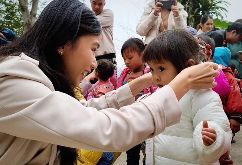 Lương Giang đem áo ấm đến vùng cao