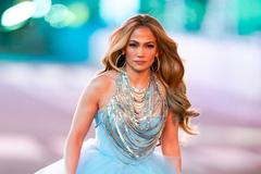 Jennifer Lopez diện đầm như công chúa giữa giá rét
