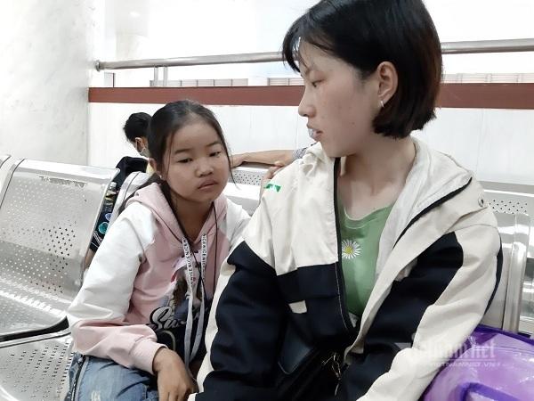 Xót xa bé gái bị mẹ bỏ rơi, nay suy thận giai đoạn cuối