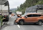 Xe tải gây tai nạn liên hoàn, 6 ô tô bẹp rúm
