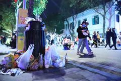 Hình ảnh khó thương trên phố đi bộ ở Hà Nội sau màn đếm ngược